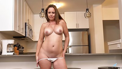 Smoking hot MILF Brandii Banks has fun with her cunt in be transferred to kitchen
