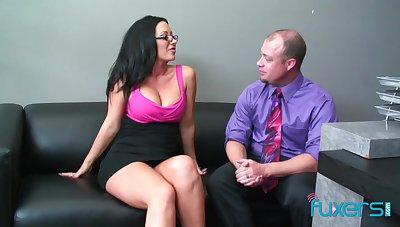 Sex-starved bitch with in all respects shaped body gets her cunt rammed