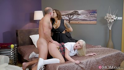 Adequate materfamilias and daughter bedroom threesome