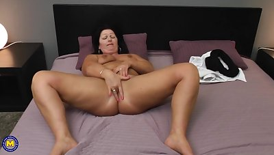 chunky MILF Juliette hot solo set-to